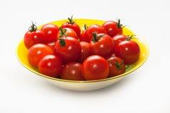 Körsbärsröda tomater med svansar Arkivbild