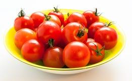 Körsbärsröda tomater med svansar Arkivbilder