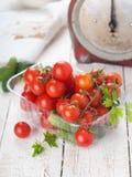 Körsbärsröda tomater och gurka Royaltyfri Fotografi