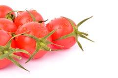 Körsbärsröda tomater på en vitbakgrund Fotografering för Bildbyråer