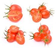 Körsbärsröda tomater på en vitbakgrund Arkivfoton
