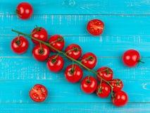 Körsbärsröda tomater på träbakgrund Fotografering för Bildbyråer