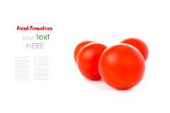 Körsbärsröda tomater som isoleras på vit Arkivbild