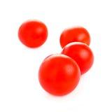 Körsbärsröda tomater som isoleras på vit Arkivfoton