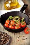Körsbärsröda tomater som lagar mat i panna Royaltyfri Bild