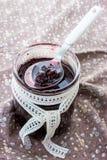 Körsbärsrött driftstopp i en glass krus arkivfoton
