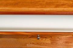 Körsbärsrött wood skrivbord med den öppna enheten Arkivfoton