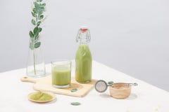 Köstlich von selbst gemachtem grüner Tee matcha Latte Stockfotografie