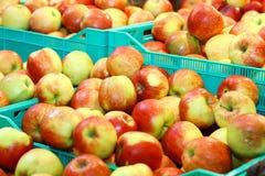 Köstliche Äpfel in einem Markt Lizenzfreies Stockbild
