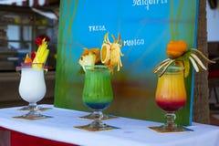 Köstliche überlagerte alkoholische Cocktails in den Gläsern, verziert mit Lizenzfreie Stockbilder