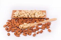 Köstliche Acajounüsse in den hölzernen Löffel- und Mandelnüssen Stockfoto