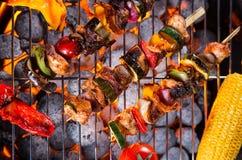 Köstliche Aufsteckspindeln auf Grill Stockfotos