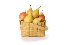 Köstliche Birnen im Korb auf Weiß Lizenzfreie Stockfotografie