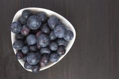 Köstliche Blaubeeren in der weißen Schüssel Stockfoto