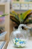 Köstliche Blumen im ursprünglichen Vase Stockfoto