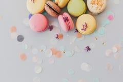 Köstliche bunte Makronen auf modischem grauem Pastellpapier mit Li stockbild
