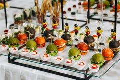 Köstliche Canapes als Ereignisteller stockbild