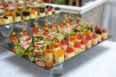 Köstliche Canapes mit Schinken, Käse und Frucht stockfoto