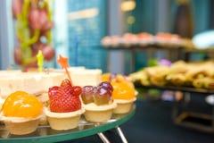 Köstliche Canapes und Bonbons Stockfoto