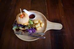 Köstliche Cheeseburgerservierplatte lizenzfreies stockbild
