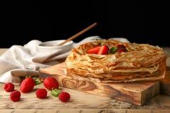 Köstliche dünne Pfannkuchen mit Beeren Stockbilder