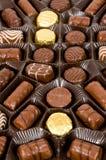 Köstliche Dunkelheit, Milch und weiße Schokoladenpralinen Stockbilder
