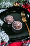 Köstliche dunkle Schokoladenkuchen bedeckt mit glasiert Geschmackvolle Nachtischnahrung im Abschluss oben Schokoladennachtische d lizenzfreies stockbild