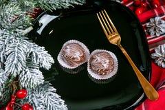 Köstliche dunkle Schokoladenkuchen bedeckt mit glasiert Geschmackvolle Nachtischnahrung im Abschluss oben Schokoladennachtische d lizenzfreie stockbilder