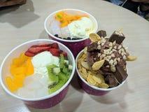 Köstliche Eiscreme und Frucht stockfotografie