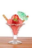 Köstliche ErdbeereEiscreme mit Regenschirm Stockfoto