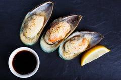 Köstliche essbare Meerestiere Gebackene Schalentiermiesmuscheln mit Sojasoße und L stockfoto