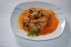 Köstliche in Essig eingelegte Miesmuscheln Stockfoto