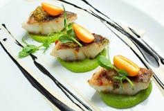Köstliche Fische gedient auf weißem Teller Lizenzfreies Stockfoto
