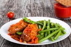 Köstliche Fleisch-Koteletts gedämpft mit Tomatensauce Stockbilder