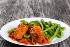 Köstliche Fleisch-Koteletts gedämpft mit Tomatensauce Stockfotos