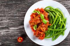 Köstliche Fleisch-Koteletts gedämpft mit Tomatensauce Lizenzfreie Stockfotos