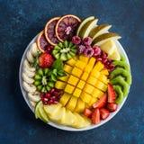 Köstliche Früchte und Beerenservierplatte lizenzfreie stockfotografie