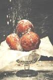 Köstliche frisch gebackene Schaumgummiringe an besprüht mit Puderzucker Stockfotografie