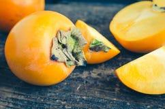 Köstliche frische Persimonefrucht auf Holztisch Lizenzfreie Stockfotografie
