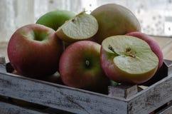 Köstliche frische rote Äpfel in der Holzkiste stockfotos