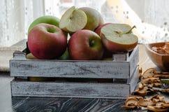 Köstliche frische rote Äpfel in der Holzkiste stockbild