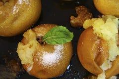Köstliche gebackene goldene Äpfel Stockbilder