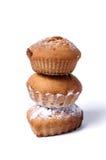 Köstliche gebackene Muffins auf einem weißen Hintergrund Stockbild