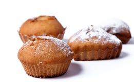 Köstliche gebackene Muffins auf einem weißen Hintergrund Lizenzfreie Stockbilder