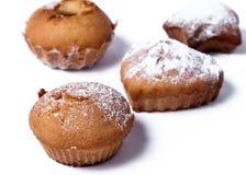 Köstliche gebackene Muffins auf einem weißen Hintergrund Stockbilder