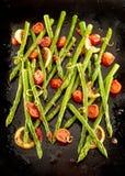 Köstliche gebratene grüne Spargeltipps Stockfotografie