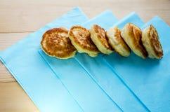 Köstliche gebratene Pfannkuchen auf einem Holztisch lizenzfreies stockbild