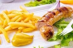 Köstliche gegrillte Bratwurst mit Fischrogen und Senf stockfoto