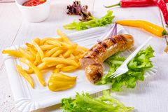 Köstliche gegrillte Bratwurst mit Fischrogen und Senf stockbilder