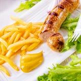Köstliche gegrillte Bratwurst mit Fischrogen und Senf lizenzfreies stockfoto